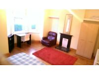 SPACIOUS CLEAN TRADITIONAL ROOMS TO LET IN LENTON - 5 MINS FROM CITY CENTRE.