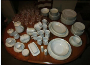 BEAUTIFUL 70's 97 PIECE CROWN VICTORIA LOVELACE CHINA SET