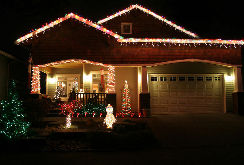 Outdoor decorating tips how to hang christmas lights on Pictures of houses decorated for christmas outside