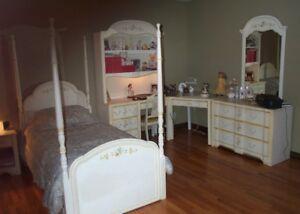 Girl's bedroom set / Mobilier de chambre à coucher pour fille