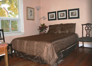 Downtown - quiet & private room with your own en suite