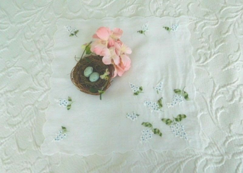 Delicate VINTAGE EMBROIDERED White LILACS * ROMANTIC Antique SCALLOPED HANKY