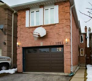 Move-In Ready 3 Bedroom Home For Sale! Convenient Oakville!
