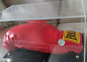 signed full size Everlast red boxing glove signed by Muhammad Al