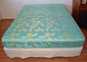 Lit double avec sommier et matelas.Double bed with mattress&base