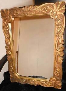 Pharmacie Miroir antique avec contour de bois sculpté et doré