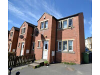 End Terrace Town House - Large Property, 10 Min Walk To University - Carr Green Lane, Moldgreen, HD5