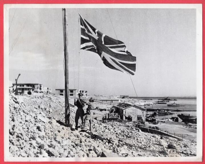 1942 British Soldiers Raising Union Jack Tobruk Libya 7x9 Original News Photo