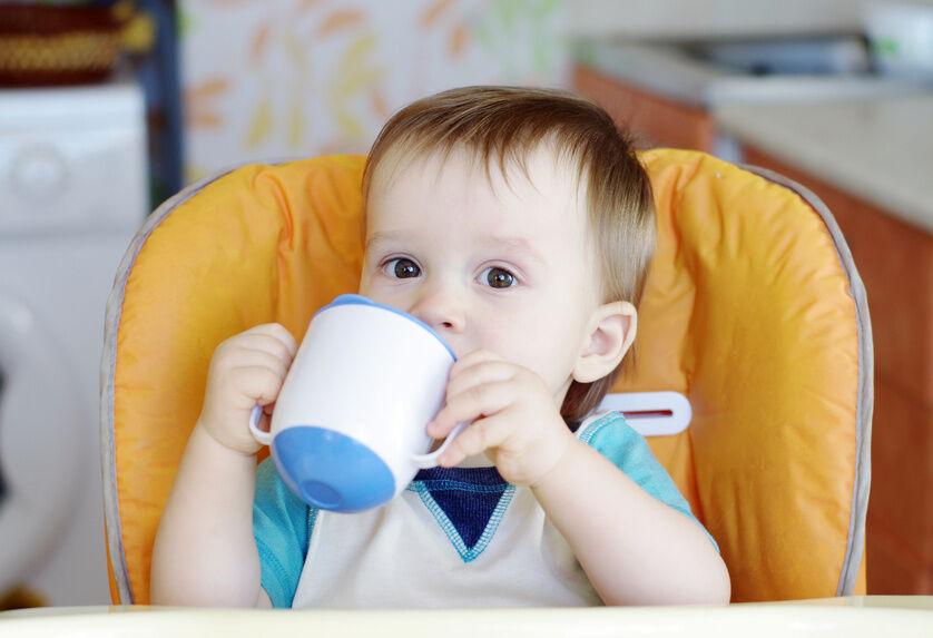 Für Babys erste Trinkversuche mit einer Tasse: NUK-Trinklernbecher