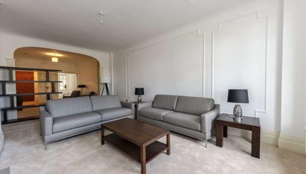 4 bedroom flat in Strathmore Court,, Park Road