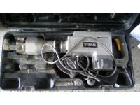 TITAN 15.5KG BREAKER IN CARRY CASE PLUS 2 X CHISELS - RECENTLY PAT TESTED