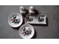 New Portmeirion Holly & Ivy 5 piece set - 2 mugs, 2 plates and sandwich tray