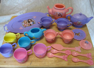 Play kitchen accesories and food