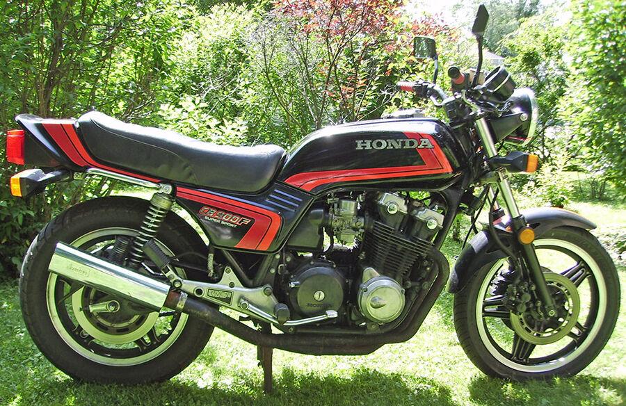 So wechseln Sie das Getriebe Ihrer Honda CB 900 F alias Bol d'Or