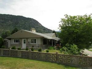 Clean bachelor suite available in downtown Castlegar - Oct 1st