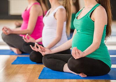 Auch schwangere Frauen können mit Yoga fit bleiben. Dein Trainer zeigt dir die richtigen Übungen.