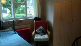 Nice  room in Spanish house Near Caledonian road tube