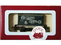 Dapol Model Railways Ltd B121 Conflat 240747 and Container L.N.E.R. Furniture Removal Service