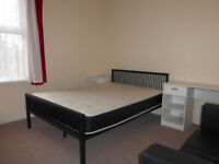 ******Large 3 double bed**** ULTRA CENTRAL *** House - EXCEL Transport links *** FULLY Furnished****