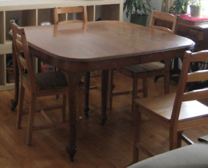 Beautiful wooden table, seats 4-8 people
