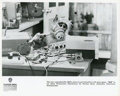 ALF THE ALIEN FIXES HIS RADIO ALF TV SHOW ORIGINAL 1990 NBC TV PHOTO