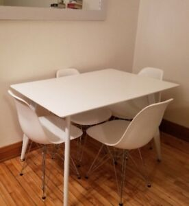 Nice table + 4 chairs from structube in perfect condition!