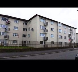 SPACIOUS FLAT TO LET. NEWLY DECORATED. GOOD LOCATION