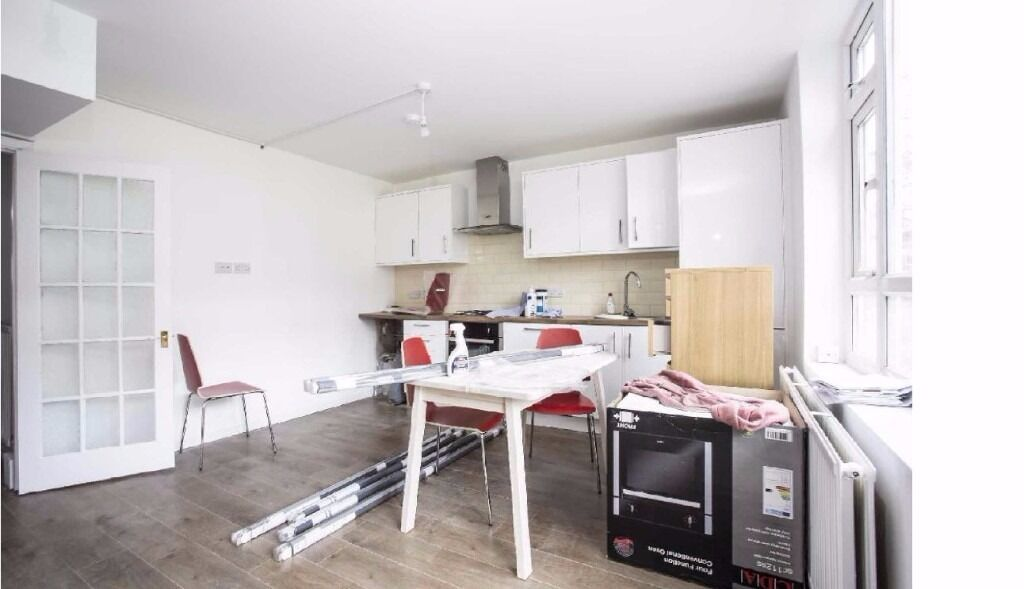 MUST SEE SPLIT LEVEL APARTMENT 4 BEDROOM APARTMENT STEPNEY GREEN WHITECHAPEL LIVERPOOL STREET