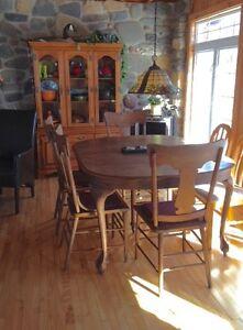 Ensemble Table et chaises artisanales antiques