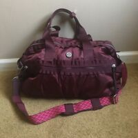 LOST- LULULEMON GYM BAG. CONTENTS INCLUDE CLOTHES + REEBOK SHOES