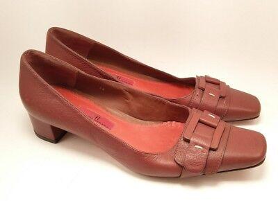 (Carolina Herrera womens brown leather heel buckle size 7.5 US or 38 EU)