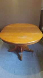 Extendable solid wood table