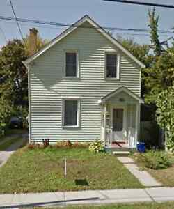 Great Student house downtown Peterborough 4 or 5 rooms