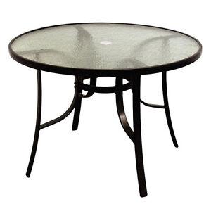 Table ronde terrasse et jardin dans qu bec petites for Table exterieur montreal