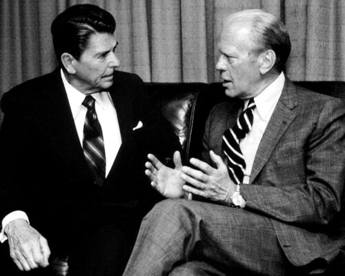 PRESIDENT RONALD REAGAN CONSULTS WITH GERALD FORD IN 1981 - 8X10 PHOTO (BB-056)