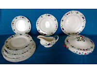 Wedgwood Dinner Service: 18 plates (3 sizes), vegetable tureen and sauce/gravy boat