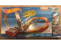 Hot Wheels Figure 8 raceway with 6 Cars sealed