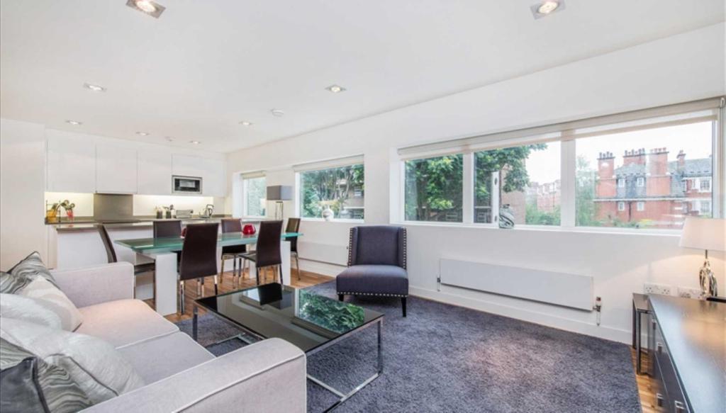 2 bedroom flat in Fulham Road, South Kensington