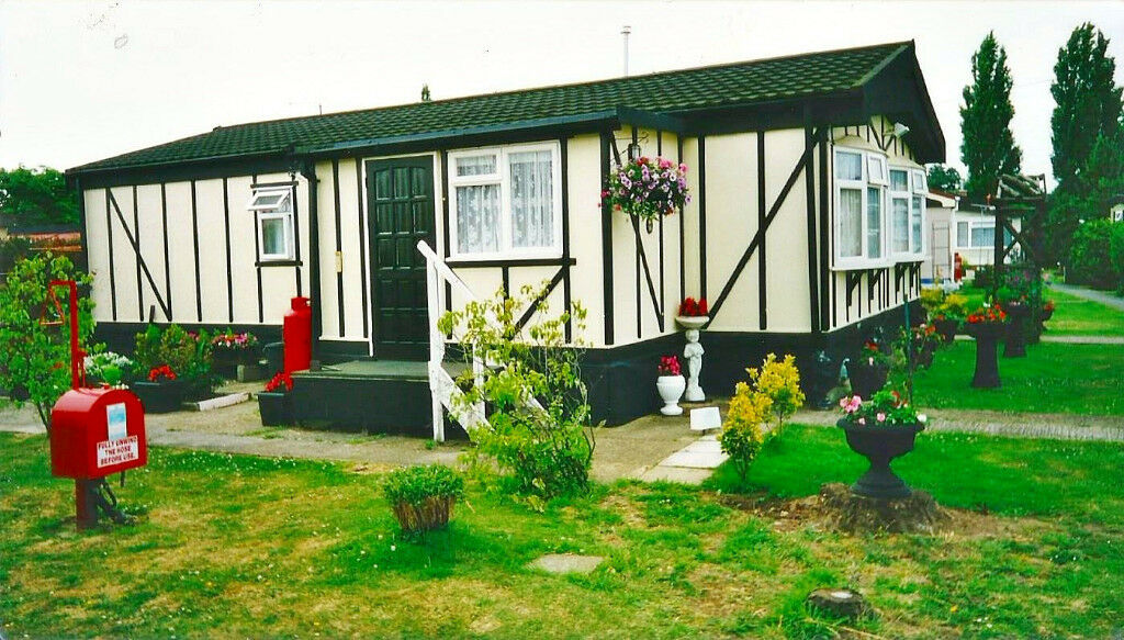 2 Bedroom Residential Mobile / Park Home for Sale in Hockley Essex ,cheap Countryside living