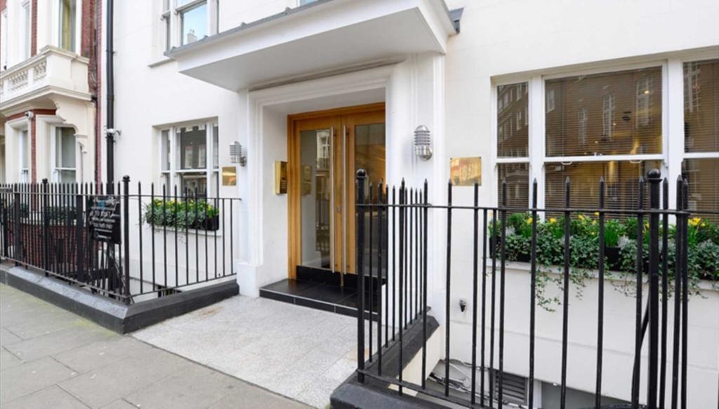 1 bedroom flat in Hill Street, London