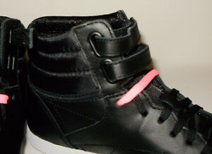 REEBOK  HI MINI BLACK & WHITE WITH 2 PAIRS OF LACES PINK & BLACK West Island Greater Montréal image 3
