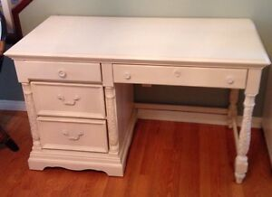 WHITE DESK  (BROYHILL)