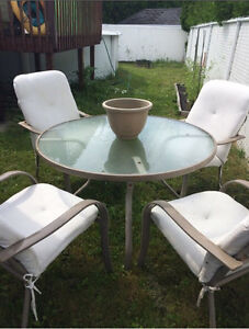 Patio table & chairs / tables et chaises