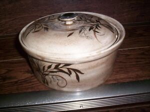pot w cover and urne for wine or juice etc