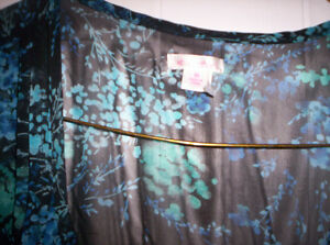 SHEER FLORAL TOP WITH TIE AT BACK SIZE MEDIUM Kingston Kingston Area image 3