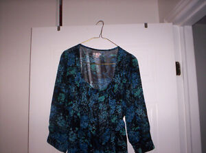 SHEER FLORAL TOP WITH TIE AT BACK SIZE MEDIUM Kingston Kingston Area image 1