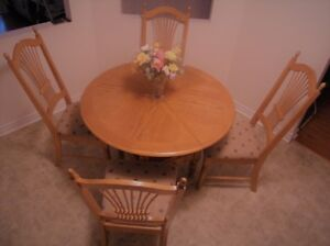 OAK KITCHEN TABLE WITH LEAF AND FOUR OAK CHAIRS