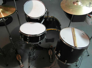 Pearl Drums Excellent Condition - Hardware & Cymbals lncluded