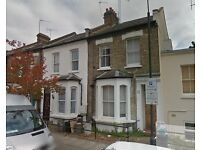 Bright room in student houseshare, located behind Wesfields and 2min from Shepherds Bush Station