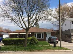 Renovated 2-bedroom lower unit in desirable location - JUNE 1